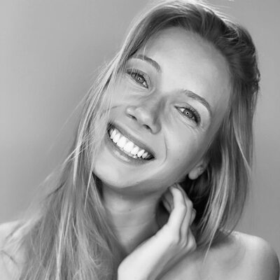 Bild markiert mit: Amandine Petit, Black and White, Blonde, Celebrity - Star, Face, Miss France 2021, Safe for work, Smiling