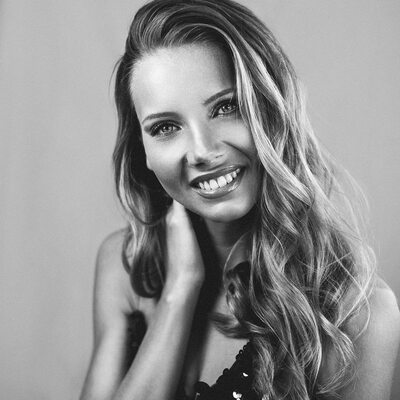 Bild markiert mit: Amandine Petit, Black and White, Blonde, Celebrity - Star, Miss France 2021, Safe for work, Smiling