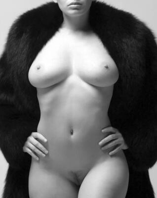 Bild markiert mit: Black and White, Boobs, Piercing, Tummy