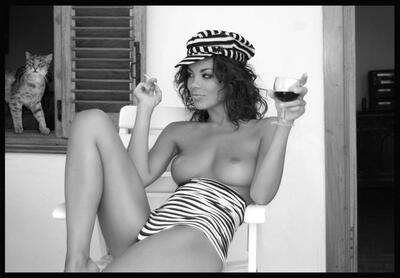Bild markiert mit: Black and White, Brunette, Boobs, Cat, Wine