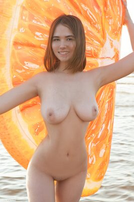 Bild markiert mit: Brunette, Busty, Elfie, Beach, Boobs, Cute, Smiling, Tummy