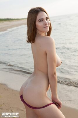 Bild markiert mit: Brunette, Elfie, Ass - Butt, Beach, Boobs