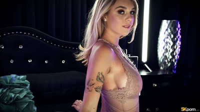 Bild markiert mit: Busty, Blonde, Boobs, Gabbie Carter, Lingerie, Tattoo