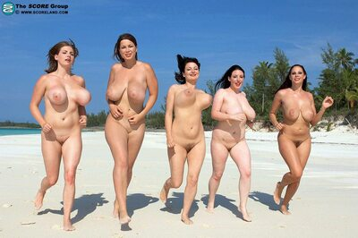 Bild markiert mit: Brunette, Busty, 5 girls, Beach, Boobs