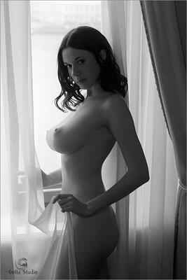 Bild markiert mit: Black and White, Brunette, Busty, Boobs