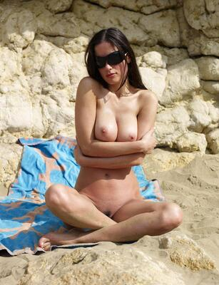 Bild markiert mit: Hegre Art, Busty, Brunette, Lazy on the Beach, Muriel