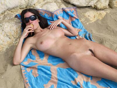 Bild markiert mit: Brunette, Busty, Hegre Art, Lazy on the Beach, Muriel
