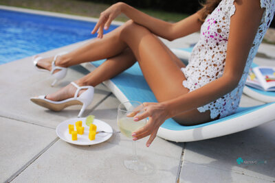 Bild markiert mit: Skinny, Blonde, Cafe Society, Katya Clover - Mango A, katya-clover.com, Legs, Pool, Safe for work, Wine