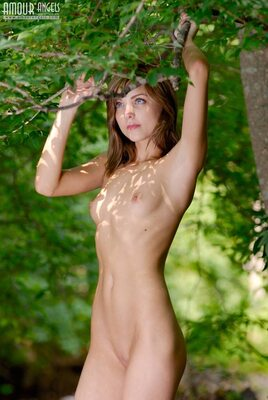 Bild markiert mit: Skinny, Amour Angels, Brunette, Flat chested, Nature, Small Tits