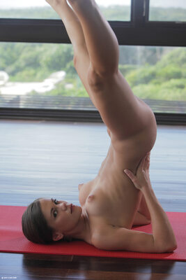 Bild markiert mit: Skinny, Brunette, Little Caprice, Sexy Yoga Cutie, X-Art, Cute, Flexible, Small Tits