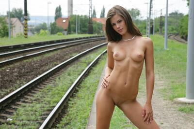 Bild markiert mit: Brunette, Little Caprice, Watch4Beauty, Cute, Piercing, Small Tits, Tummy